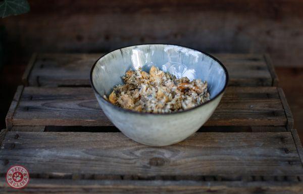 Lachs mit Gänseblümchen, Löwenzahn, Dill und Reis